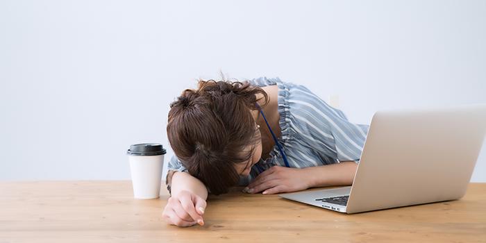 合コンのスケジュール調整に疲れる女性